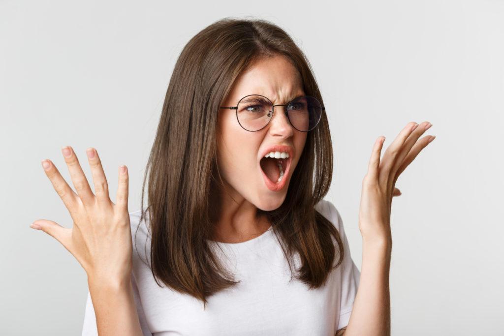 人の悪口や、後ろ向きな発言ばかりする女性